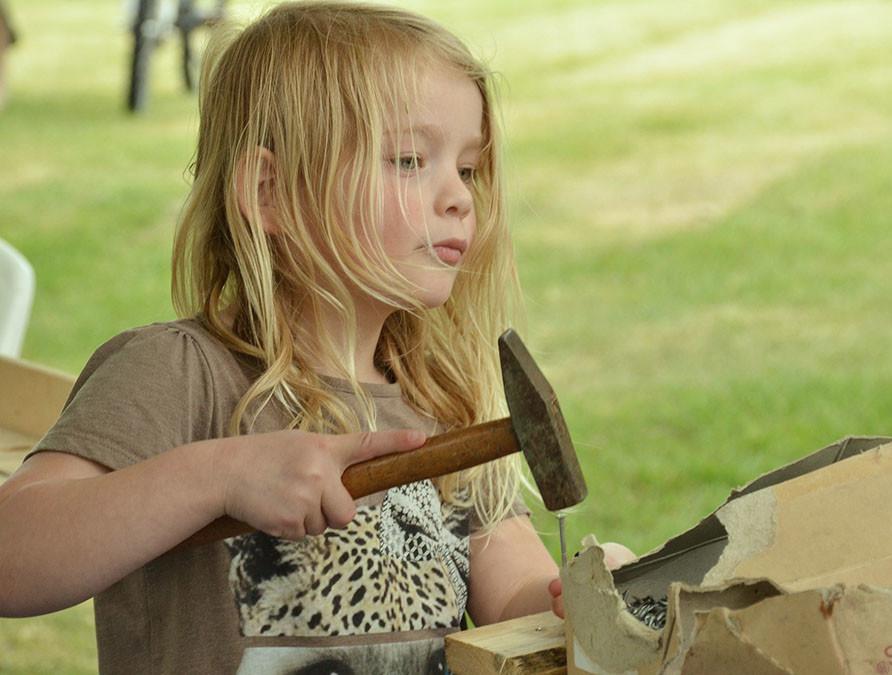 Kind spielt mit Hammer